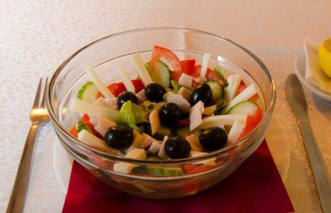 Salată cu șuncă de pui